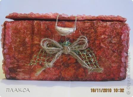 Первая попытка шкатулки, сделанная из коробочки из под лампочки. Обклеена тремя слоями мятой салфетки, покрашена красками акварельными, бантик сделан из ниток, вытащенных из ковровой дорожки.  фото 4