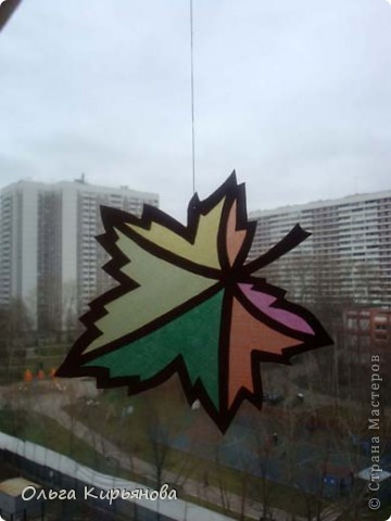 У многих мастериц уже начался новогодний марафон, а в нашей школе до сих пор на потолочных светильниках висят вот такие осенние листья. Может быть именно поэтому в этом году в Москве такая долгая теплая осень? Завтра буду снимать эту красоту. На прощанье решила сфотографировать и вам показать. фото 9
