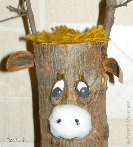 деревянное поленце 15 см длинной, палочки для рогов, детальки из веточек для глаз и копытцев, гуашь белая и черная, пряжа для волос и хвоста, 2 желудя, ватный диск-1 шт,кусочек ваты, нитки черные, ПВА.   фото 2