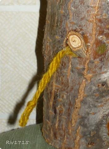 деревянное поленце 15 см длинной, палочки для рогов, детальки из веточек для глаз и копытцев, гуашь белая и черная, пряжа для волос и хвоста, 2 желудя, ватный диск-1 шт,кусочек ваты, нитки черные, ПВА.   фото 5