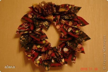 На просторах интернета увидела замечательную идею создания рождественского веночка из оберточной бумаги (автор  Līva Kalniņa) Вот результат воплощения ))  фото 2