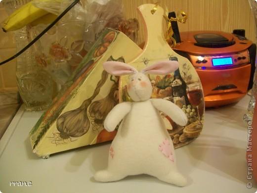 Заяц-толстячок на фоне работ моей дочки...