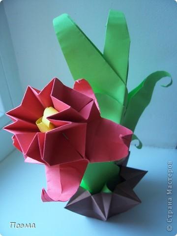 Эта композиция выглядит очень эффектно за счет того, что и ваза, и бутон цветка имеют в своей основе восьмиугольник. На начальных этапах они складываются идентично, что должно компенсировать небольшую сложность для складывания их новичками в оригами. На этот МК меня вдохновили две волшебные работы. Во-первых, это очень красивая вазочка. МК смотрите здесь: http://stranamasterov.ru/node/49943?tid=451%2C560 А во-вторых, это работа под название Цветущий куст. Как складывать стебель цветка и бутон смотрите здесь: http://stranamasterov.ru/node/84154?tid=451%2C560. фото 1