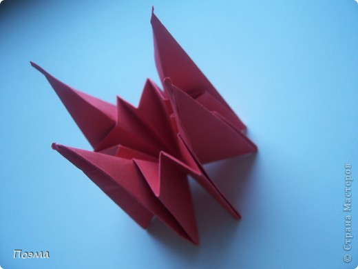 Эта композиция выглядит очень эффектно за счет того, что и ваза, и бутон цветка имеют в своей основе восьмиугольник. На начальных этапах они складываются идентично, что должно компенсировать небольшую сложность для складывания их новичками в оригами. На этот МК меня вдохновили две волшебные работы. Во-первых, это очень красивая вазочка. МК смотрите здесь: https://stranamasterov.ru/node/49943?tid=451%2C560 А во-вторых, это работа под название Цветущий куст. Как складывать стебель цветка и бутон смотрите здесь: https://stranamasterov.ru/node/84154?tid=451%2C560. фото 2