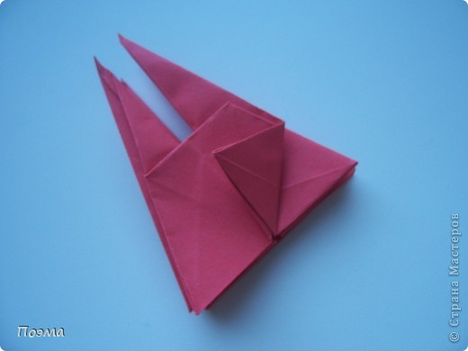 Эта композиция выглядит очень эффектно за счет того, что и ваза, и бутон цветка имеют в своей основе восьмиугольник. На начальных этапах они складываются идентично, что должно компенсировать небольшую сложность для складывания их новичками в оригами. На этот МК меня вдохновили две волшебные работы. Во-первых, это очень красивая вазочка. МК смотрите здесь: http://stranamasterov.ru/node/49943?tid=451%2C560 А во-вторых, это работа под название Цветущий куст. Как складывать стебель цветка и бутон смотрите здесь: http://stranamasterov.ru/node/84154?tid=451%2C560. фото 3