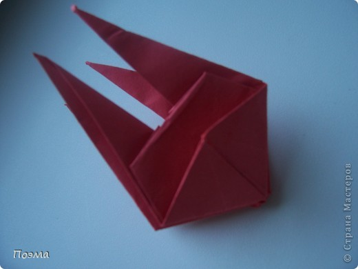 Эта композиция выглядит очень эффектно за счет того, что и ваза, и бутон цветка имеют в своей основе восьмиугольник. На начальных этапах они складываются идентично, что должно компенсировать небольшую сложность для складывания их новичками в оригами. На этот МК меня вдохновили две волшебные работы. Во-первых, это очень красивая вазочка. МК смотрите здесь: http://stranamasterov.ru/node/49943?tid=451%2C560 А во-вторых, это работа под название Цветущий куст. Как складывать стебель цветка и бутон смотрите здесь: http://stranamasterov.ru/node/84154?tid=451%2C560. фото 4
