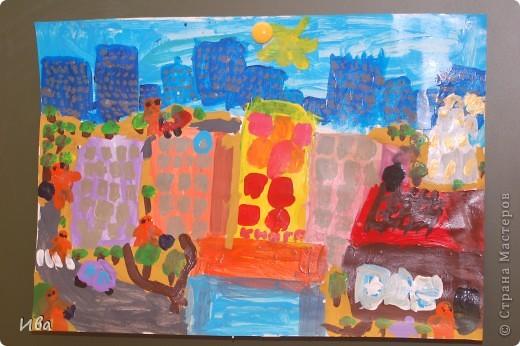 Коллективная работа по теме город.Ученики в возрасте 6-8 лет. Работа на ватмане. фото 12