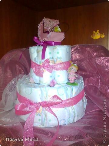 На этот тортик мне потребовалось 30 памперсов, размер 2, парчевая лента розовая, кружево розовое, картон гофрированный, пайетки и снежинки, цветочки и фигурка ангела. фото 1