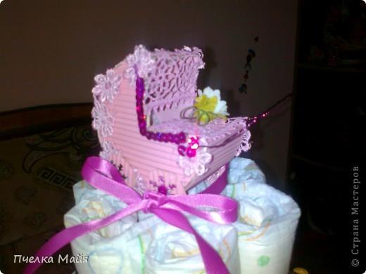 На этот тортик мне потребовалось 30 памперсов, размер 2, парчевая лента розовая, кружево розовое, картон гофрированный, пайетки и снежинки, цветочки и фигурка ангела. фото 2