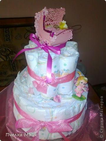 На этот тортик мне потребовалось 30 памперсов, размер 2, парчевая лента розовая, кружево розовое, картон гофрированный, пайетки и снежинки, цветочки и фигурка ангела. фото 3