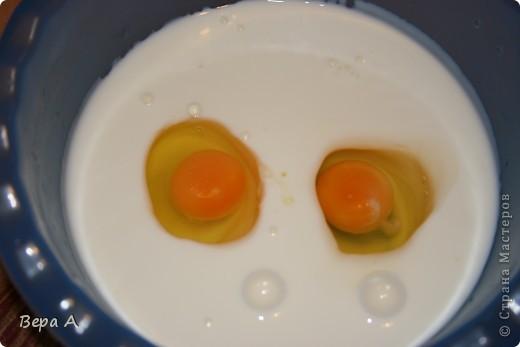 Продукты: 200 гр. риса (отварить до полуготовности) 200 гр. шампиньонов (нарезать соломкой) 250 мл.кефира 3,5 % 2 яйца 60-100 гр. твердого сыра (натереть на мелкой терке) 2 зубчика чеснока (натереть) пол-пучка петрушки (нарезать) слив. масло (для смазывания формы) и раст. масло (для жарки грибов) фото 2