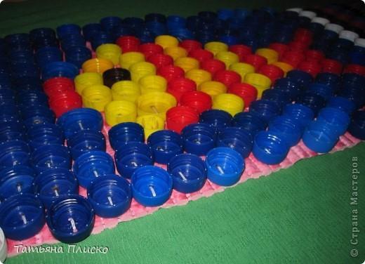 Две дорожки для закаливания малышей в детском саду: одна обшита пуговицами, вторая - пробками от лимонадных бутылок (все родители приняли активное участие в сборе этих пробок) ... фото 6