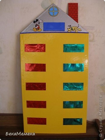 Учительница попросила сделать стенд в виде домика для состава чисел. Основа - ДВП, сверху разноцветная самоклейка, балкончики прикреплены на двухсторонний скотч, предварительно я вырезала прямоугольники из плотной прозрачной папки (продаются такие в канцелярии), а уже на эти прямоугольники наклеила самоклейку. В верхний балкон вставляется карточка с числом, в нижние - из каких чисел это число состоит. фото 1