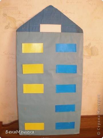 Учительница попросила сделать стенд в виде домика для состава чисел. Основа - ДВП, сверху разноцветная самоклейка, балкончики прикреплены на двухсторонний скотч, предварительно я вырезала прямоугольники из плотной прозрачной папки (продаются такие в канцелярии), а уже на эти прямоугольники наклеила самоклейку. В верхний балкон вставляется карточка с числом, в нижние - из каких чисел это число состоит. фото 2