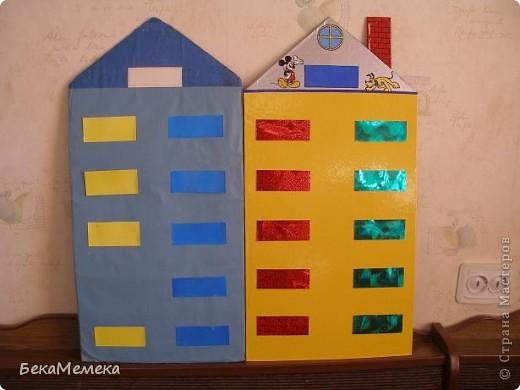 Учительница попросила сделать стенд в виде домика для состава чисел. Основа - ДВП, сверху разноцветная самоклейка, балкончики прикреплены на двухсторонний скотч, предварительно я вырезала прямоугольники из плотной прозрачной папки (продаются такие в канцелярии), а уже на эти прямоугольники наклеила самоклейку. В верхний балкон вставляется карточка с числом, в нижние - из каких чисел это число состоит. фото 3