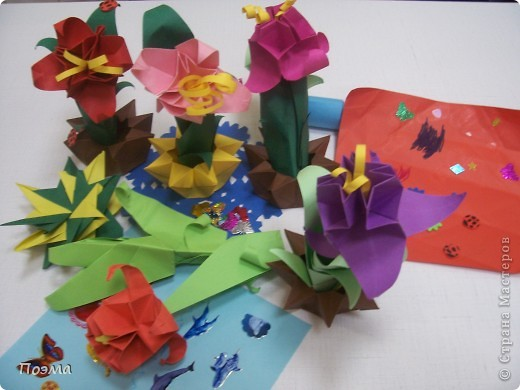 Эта композиция выглядит очень эффектно за счет того, что и ваза, и бутон цветка имеют в своей основе восьмиугольник. На начальных этапах они складываются идентично, что должно компенсировать небольшую сложность для складывания их новичками в оригами. На этот МК меня вдохновили две волшебные работы. Во-первых, это очень красивая вазочка. МК смотрите здесь: http://stranamasterov.ru/node/49943?tid=451%2C560 А во-вторых, это работа под название Цветущий куст. Как складывать стебель цветка и бутон смотрите здесь: http://stranamasterov.ru/node/84154?tid=451%2C560. фото 8