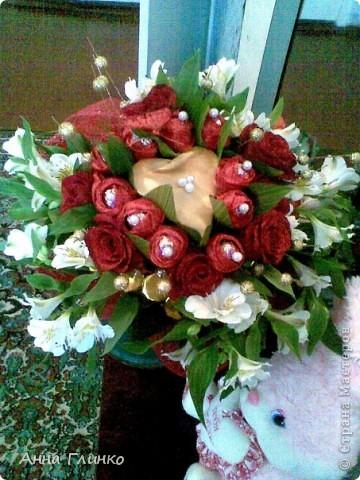 Букет из конфет и цветов фото 3