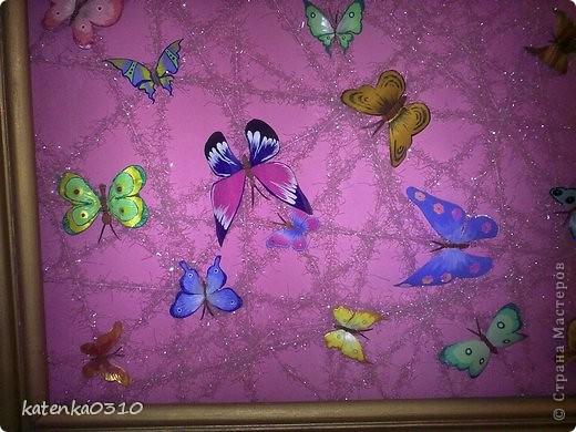 долго не знала что сделать с рамой, потом набила много гвоздиков и обмотала пряжей. бабочки из бутылок, краски акриловые. честно говоря додумалась сама, а теперь нашла почти таких же на этом сайте.  фото 2