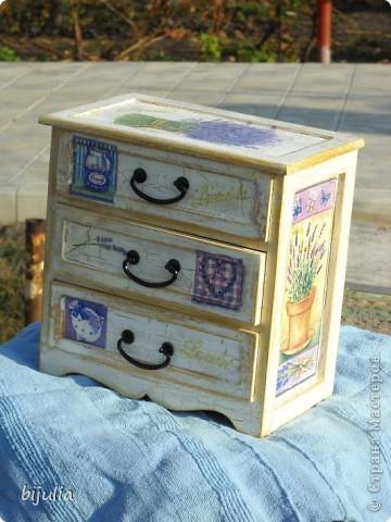 Деревянный мини-комод для украшений, оформленный в технике декупажного шебби-шика фото 2