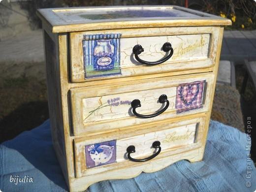 Деревянный мини-комод для украшений, оформленный в технике декупажного шебби-шика фото 1