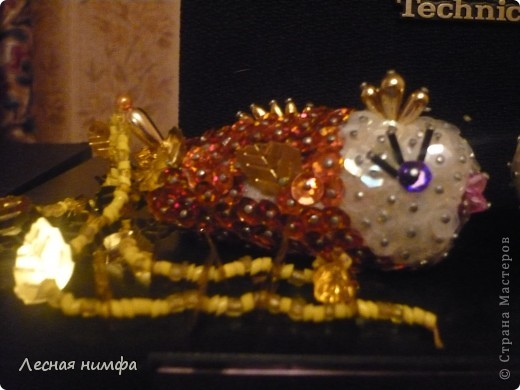 Золотую рыбку держит куколка .  ёлочная игрушка рыбка, сделана из строительной пены, конц.булавок,паеток и бисера.   М.К.  http://stranamasterov.ru/node/106308?c=favorite  фото 2
