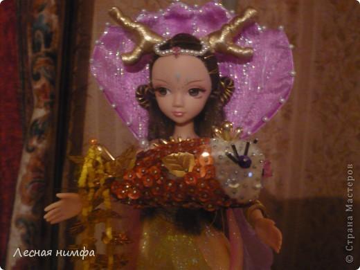 Золотую рыбку держит куколка .  ёлочная игрушка рыбка, сделана из строительной пены, конц.булавок,паеток и бисера.   М.К.  https://stranamasterov.ru/node/106308?c=favorite  фото 3