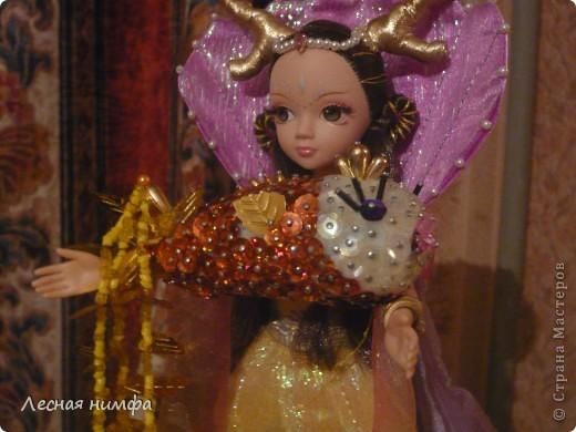 Золотую рыбку держит куколка .  ёлочная игрушка рыбка, сделана из строительной пены, конц.булавок,паеток и бисера.   М.К.  http://stranamasterov.ru/node/106308?c=favorite  фото 1