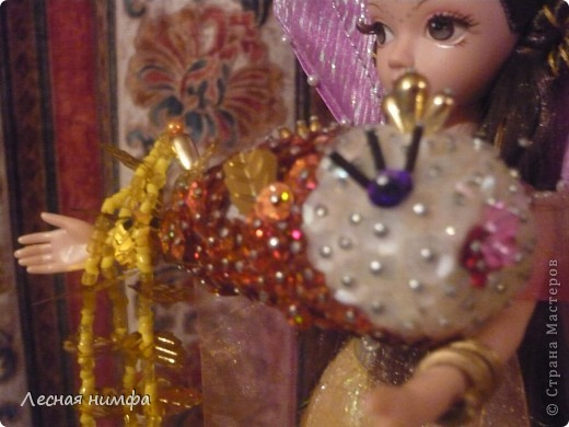 Золотую рыбку держит куколка .  ёлочная игрушка рыбка, сделана из строительной пены, конц.булавок,паеток и бисера.   М.К.  http://stranamasterov.ru/node/106308?c=favorite  фото 4