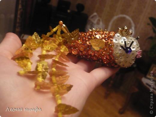 Золотую рыбку держит куколка .  ёлочная игрушка рыбка, сделана из строительной пены, конц.булавок,паеток и бисера.   М.К.  http://stranamasterov.ru/node/106308?c=favorite  фото 5