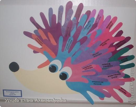 Дети с огромным удовольствием изображают окружающий мир  при помощи вырезанной из цветной бумаги ладони, создавая различные сюжеты, предметы, животных и тд. фото 2