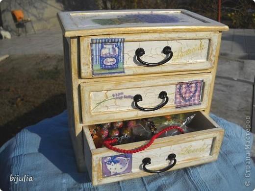 Деревянный мини-комод для украшений, оформленный в технике декупажного шебби-шика фото 6