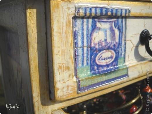 Деревянный мини-комод для украшений, оформленный в технике декупажного шебби-шика фото 7