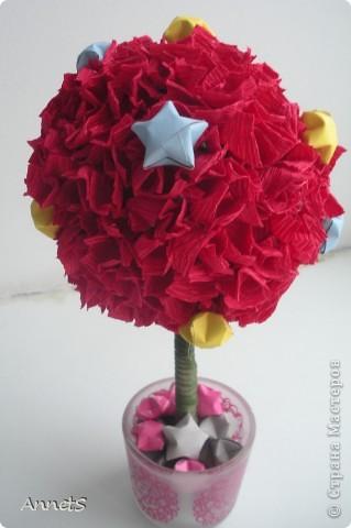 """Использовано: гофрированная бумага (упаковка от цветов), приклеена с помощью клеевого пистолета; шар - газетная бумага, скомканная в шар; звездочки из плотной бумаги;  ствол - карандаш, обмотанный лентой из органзы; """"горшочек"""" - подсвечник из ИКЕА. фото 3"""