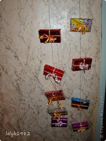 Такие вот подвески из маленьких коробочек завернутых в упаковочный материал. Зачем выбрасывать старую упаковку от подарка, если она может пригодится... фото 4