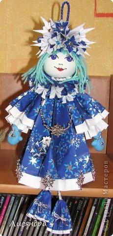 Снегурочка - подвеска на ёлку. может стоять, а может и висеть. Высота куколки включая петлю и ножки - почти 40 см. фото 1