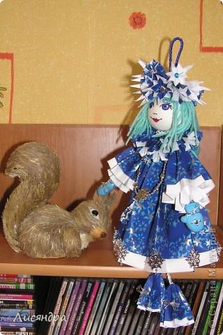 Снегурочка - подвеска на ёлку. может стоять, а может и висеть. Высота куколки включая петлю и ножки - почти 40 см. фото 3