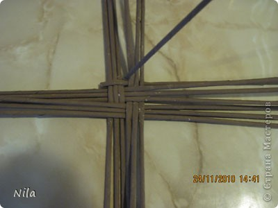 Для   tava13  выкладываю мини МК по плетению дна для подноса . Может кому-то еше пригодится. Для плотного плетения или большой корзинки плету 3 х3 фото 4