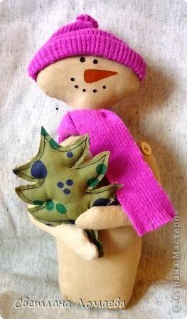 """В предверии Нового года нашила таких снеговиков на подарки. Все вроде бы примитивные. Правда, """"радикальный"""" примитив, т.е. зачуханный и состаренный у меня так и не получился.  фото 2"""