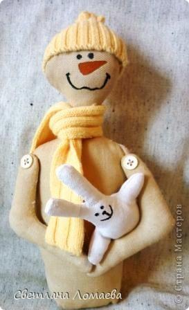 """В предверии Нового года нашила таких снеговиков на подарки. Все вроде бы примитивные. Правда, """"радикальный"""" примитив, т.е. зачуханный и состаренный у меня так и не получился.  фото 3"""