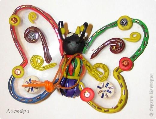 Эту бабочку делали с сыном в прошлом году в детский сад (подвеска на ёлку). ОБЫЧНЫЙ пластилин, прозрачная пластиковая обложка от альбома, немножко бисера и всё.  фото 2