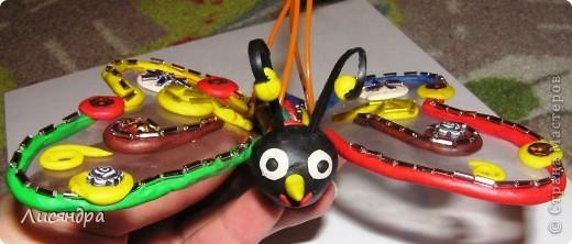 Эту бабочку делали с сыном в прошлом году в детский сад (подвеска на ёлку). ОБЫЧНЫЙ пластилин, прозрачная пластиковая обложка от альбома, немножко бисера и всё.  фото 3