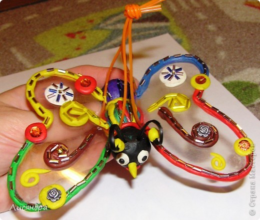Эту бабочку делали с сыном в прошлом году в детский сад (подвеска на ёлку). ОБЫЧНЫЙ пластилин, прозрачная пластиковая обложка от альбома, немножко бисера и всё.  фото 1