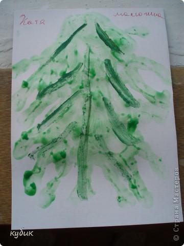 вот такие мы рисовали ладошковые елочки, пальчиковыми красками фото 2