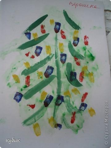 вот такие мы рисовали ладошковые елочки, пальчиковыми красками фото 3