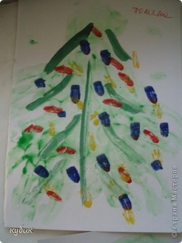 вот такие мы рисовали ладошковые елочки, пальчиковыми красками фото 4