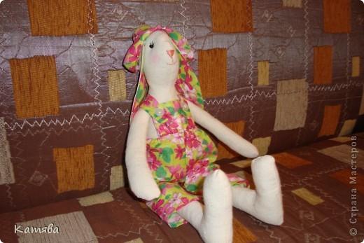 Ну что тут рассказывать, отправила дочу к бабушке, а сама давай шить, итог - 5 часов работы и я счастливая обладательница зайца (кролика, кому как)-тильды. Процесс шел на ура, удовольствий масса, а когда одела панаму, то чуть не разревелась. Все же как хочется вернуть детство...Ну ничего буду с дочей играть и вспоминать счастливые годы беззаботной жизни. фото 5