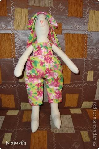 Ну что тут рассказывать, отправила дочу к бабушке, а сама давай шить, итог - 5 часов работы и я счастливая обладательница зайца (кролика, кому как)-тильды. Процесс шел на ура, удовольствий масса, а когда одела панаму, то чуть не разревелась. Все же как хочется вернуть детство...Ну ничего буду с дочей играть и вспоминать счастливые годы беззаботной жизни. фото 3