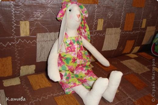 Ну что тут рассказывать, отправила дочу к бабушке, а сама давай шить, итог - 5 часов работы и я счастливая обладательница зайца (кролика, кому как)-тильды. Процесс шел на ура, удовольствий масса, а когда одела панаму, то чуть не разревелась. Все же как хочется вернуть детство...Ну ничего буду с дочей играть и вспоминать счастливые годы беззаботной жизни. фото 2
