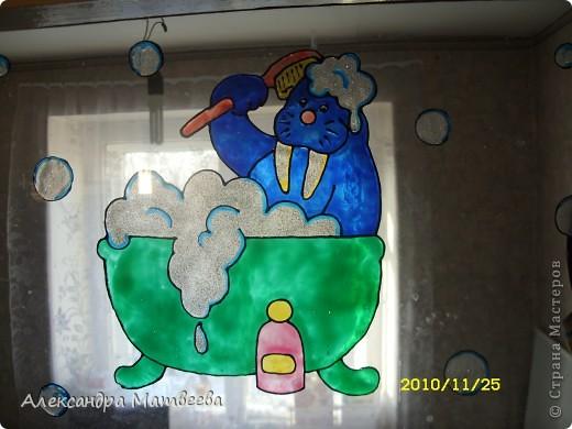 Вот так я раскрасила витражными красками фужеры подруге на день рождения... Рисунок сама придумала. Думаю, получилось неплохо. фото 3