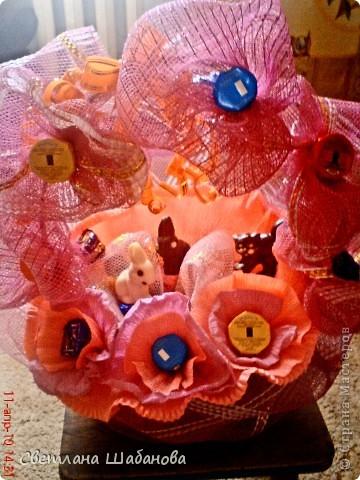 Сладкий букет для мамы (конфеты и бумага)